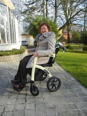 Gebruiker in rolstoel van Rollz Motion 2 rollator