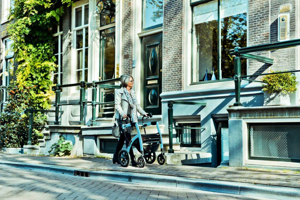 vrouw wandelend in Amsterdam met rollator