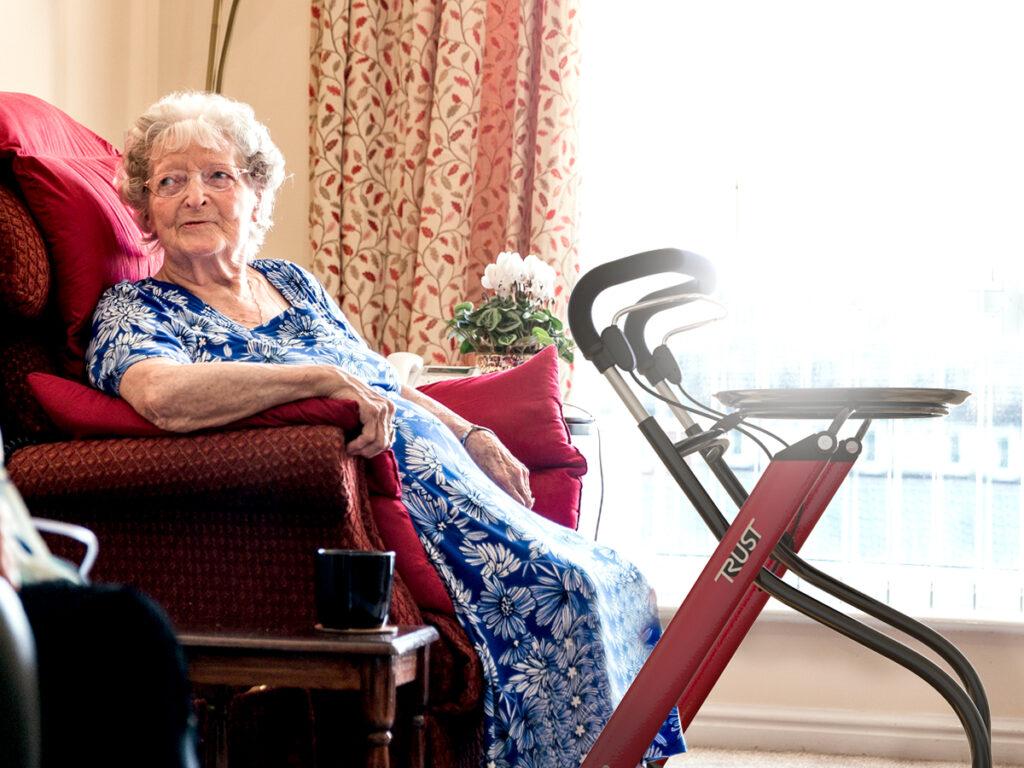 Let's Go Indoor rollator met oude vrouw