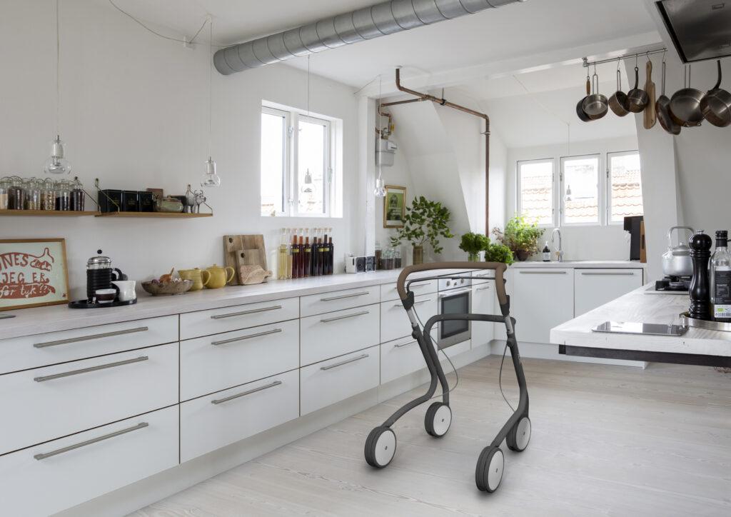 Scandinavian Butler rollator in de keuken - déambulateur en cuisine