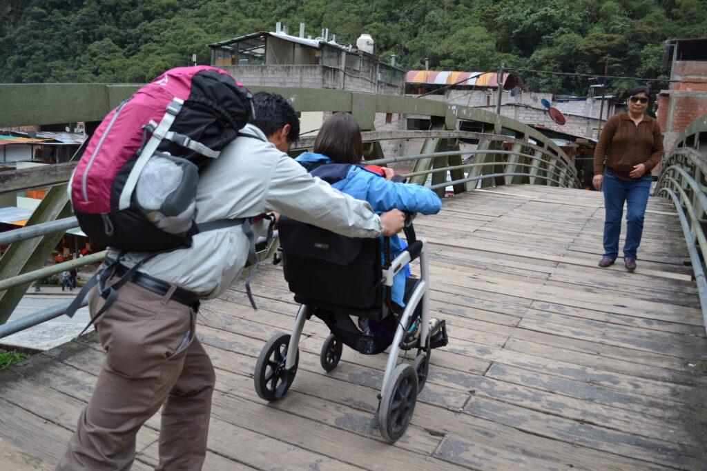 Ellen, avec son guide et son Rollz Motion au Pérou