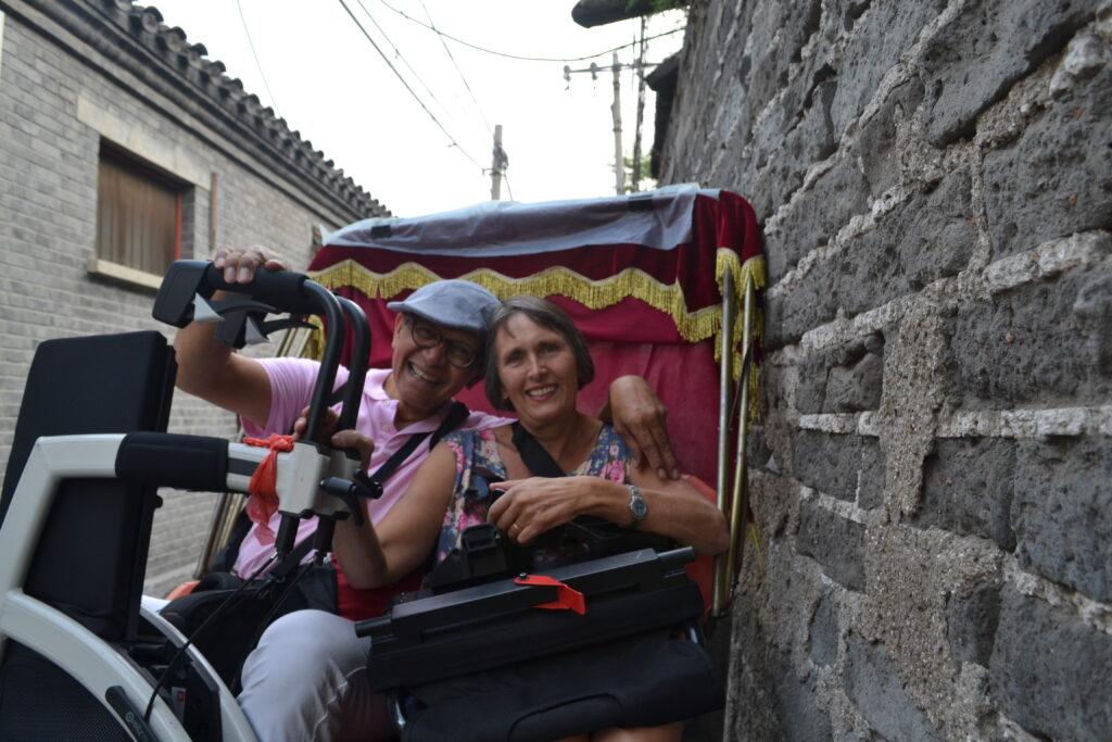 Même dans le taxi vélo, Ellen emmène son Rollz Motion replié