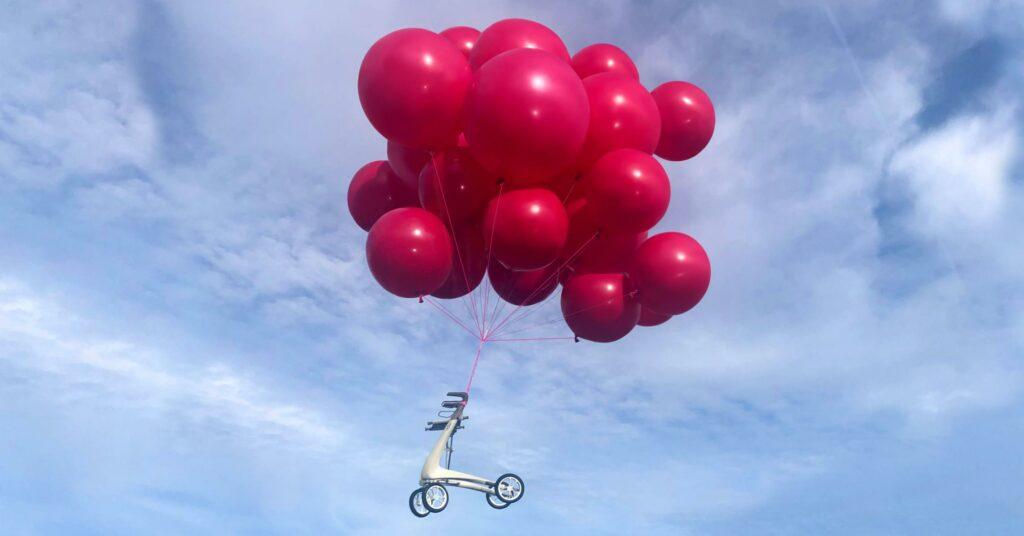 Carbon Ultralight rollator opgetild door ballonnen
